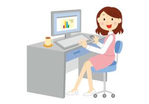 パソコンで仕事をする笑顔の女性